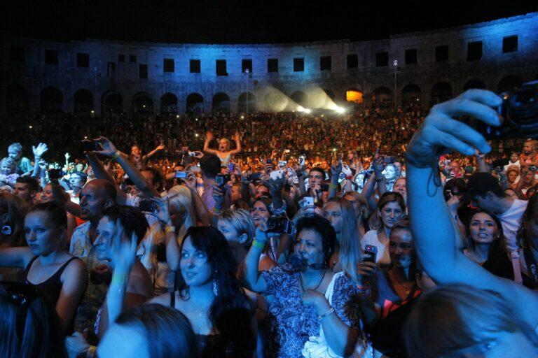 """Pula,170812.  Koncert brazilske mega zvijezde Michel Telo u pulskoj areni. Publika je bila uglavnom vrlo mlada, a i mnogi roditelji su dovelii svoje malisane da cuju hit """"....nosa,nosa..."""" Foto: Goran Sebelic / CROPIX"""