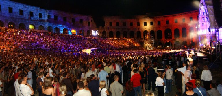 Pula, 250807 Koncert Oliver i Gibonni u pulskoj areni. ovako arena nije bila odavno puna Foto: Goran sebelic / CROPIX