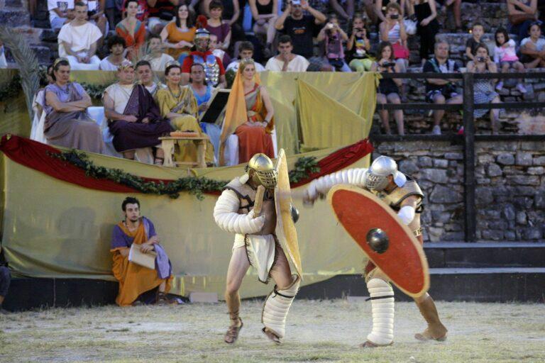 """Pula, 100713. """"Spectacvla Antiqva""""   naziv je novog projekta koji ce se u pulskom amfiteatru odrzavati od 20. lipnja do 15. rujna, jednom tjedno, osim za vrijeme filmskog festivala. Veceras  su se u Areni odrzale borbe gladijatora, razne radionice, mogla se vidjeti starorimska odjeca i gladijatorski oklopi s oruzjem te rimske frizure. Organizatori su Turisticka zajednica grada Pule, Arheoloski muzej i Javna ustanova Pula sport. Foto: Goran Sebelic / CROPIX"""